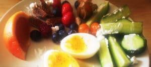 Morgenmad æg med frugt og grøntsager
