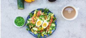 Blandet salat med bacon, ærter og Æg